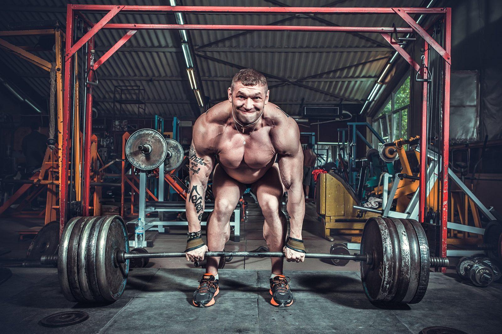 Становая тяга в тренажерном зале с большим весом