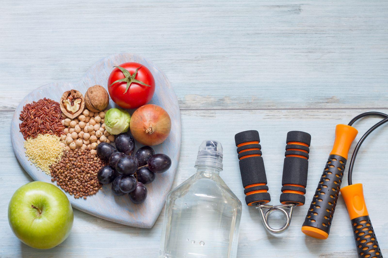 Скакалка, экспандер, бутылка воды и фрукты