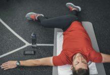 Растяжка лежа мышц бедра в тренажерном зале
