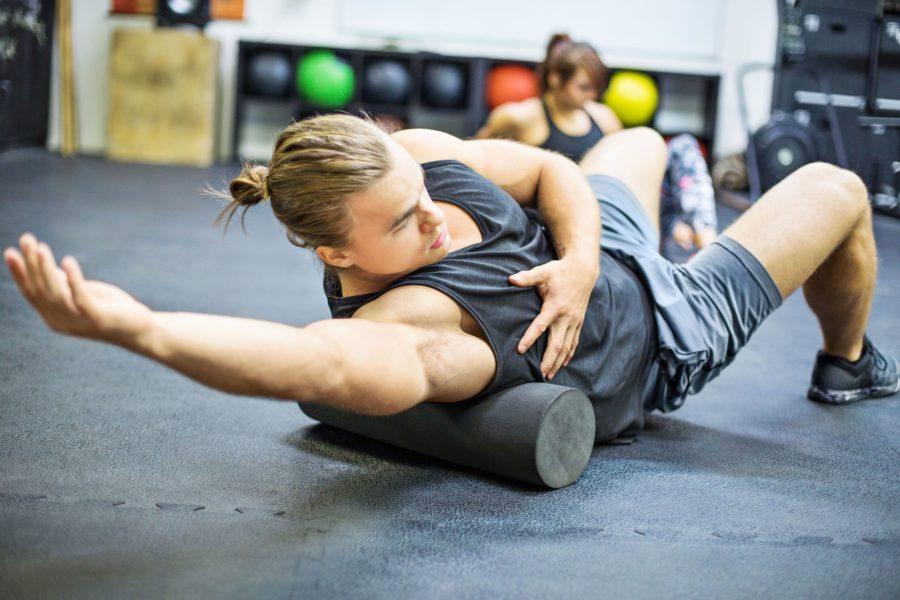 Растяжка широчайших мышц лежа в спортзале