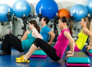 Молодые люди занимаются фитнесом в спортивном клубе