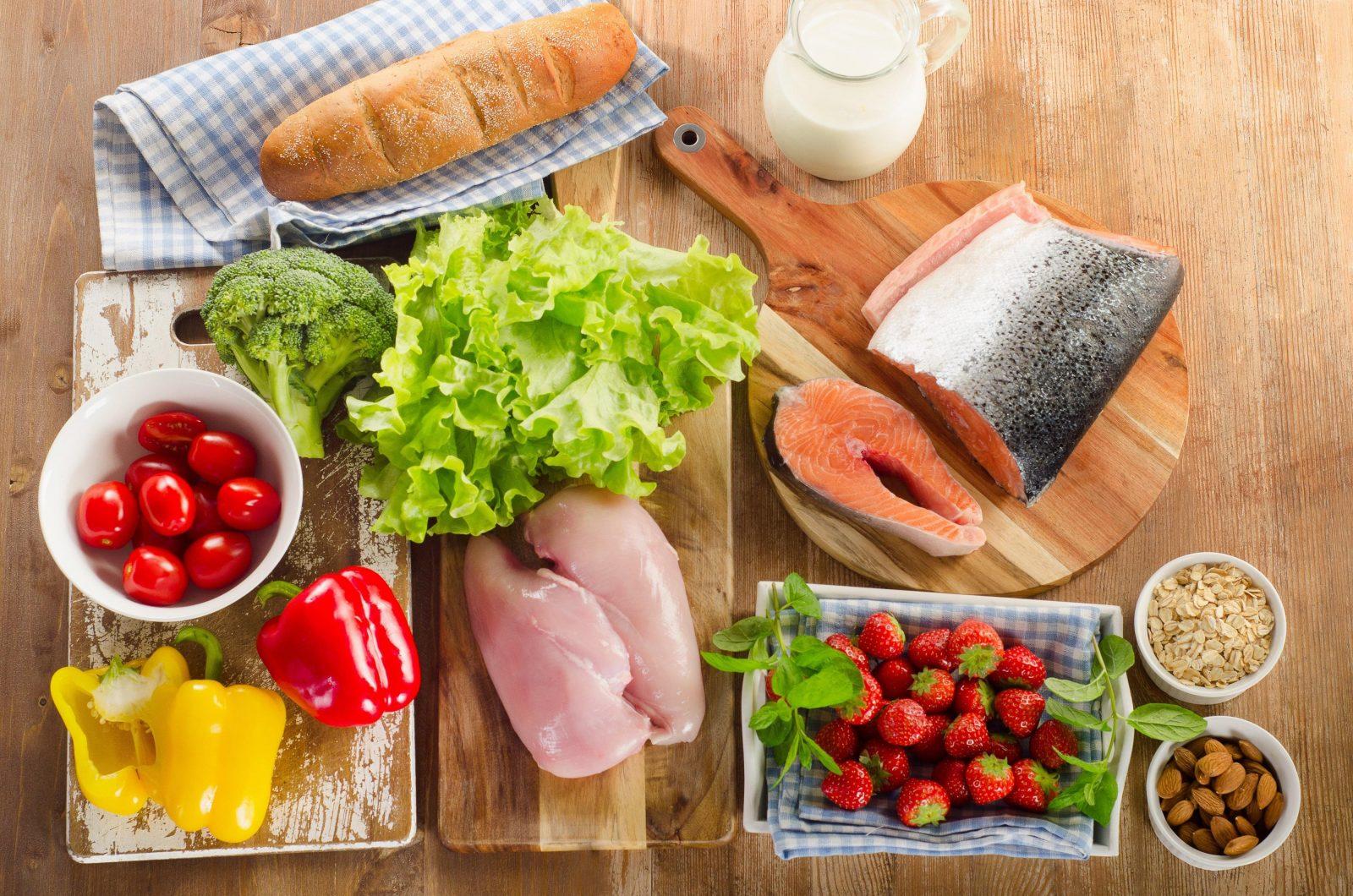 Овощи, фрукты, куриная грудка, рыба, молоко, миндаль, клубника и овсянка