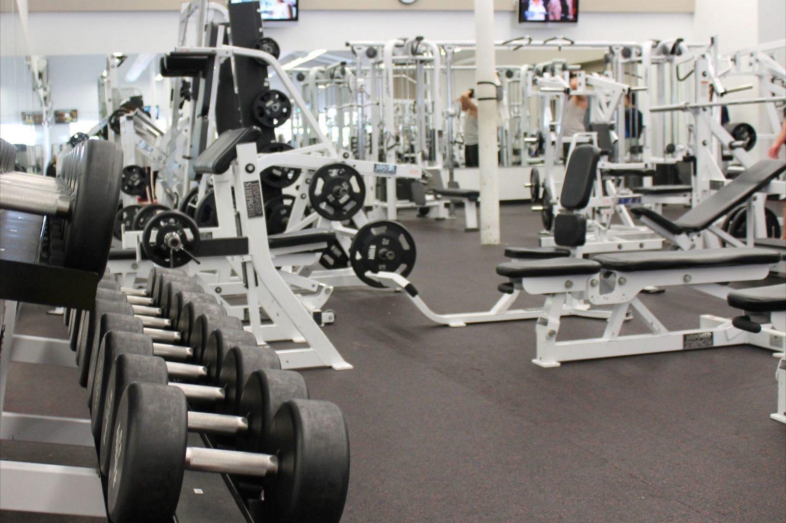 Спортивный зал с силовым оборудованием (штанги, гантели, тренажеры)