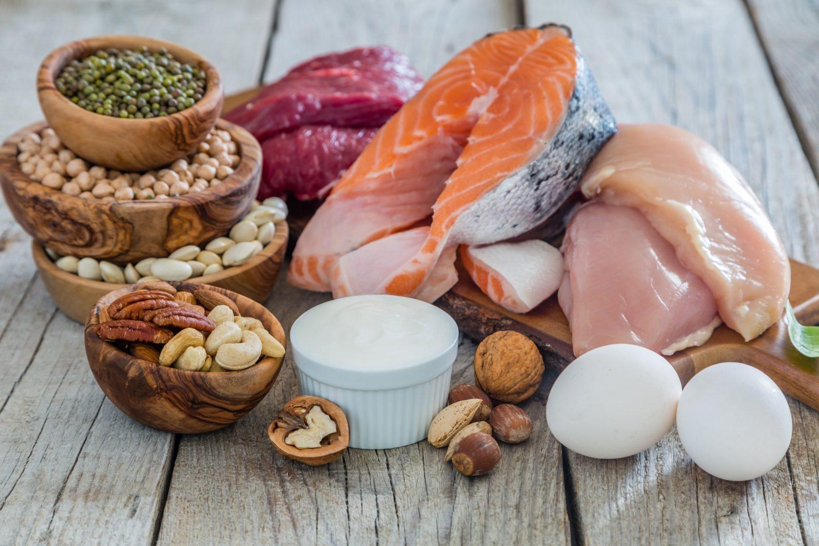 Животные и растительные белки (яйца, грецкий орех, кешью, фундук, рыба, курица, чечевица, фасоль)