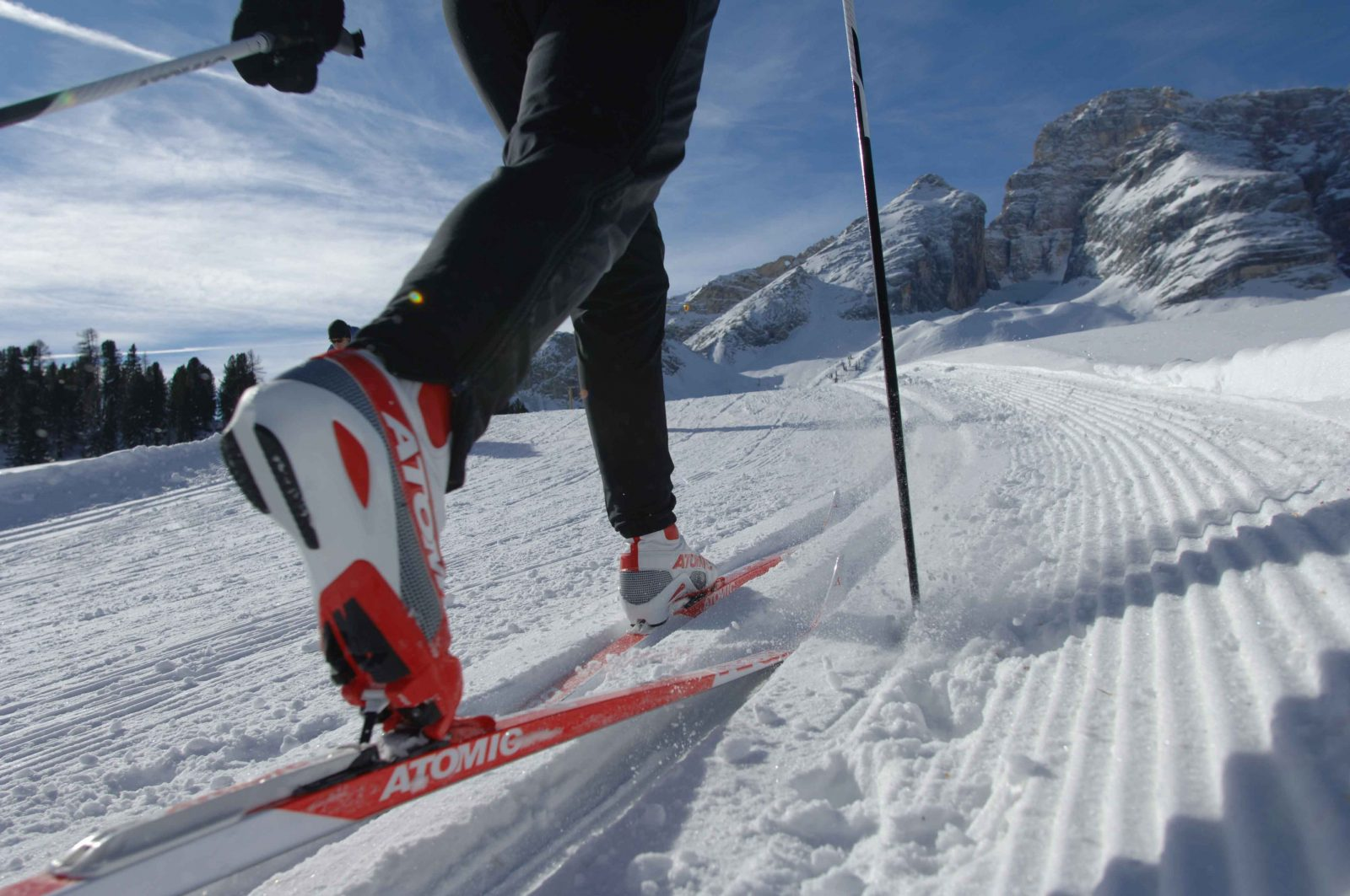 Спортсмен катиться на спортивных лыжах по снегу