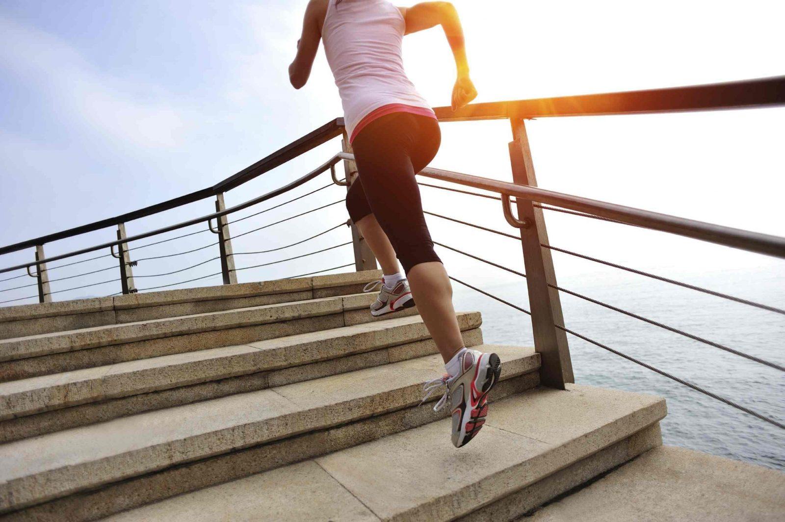 Девушка забирается в высоком темпе по лестнице