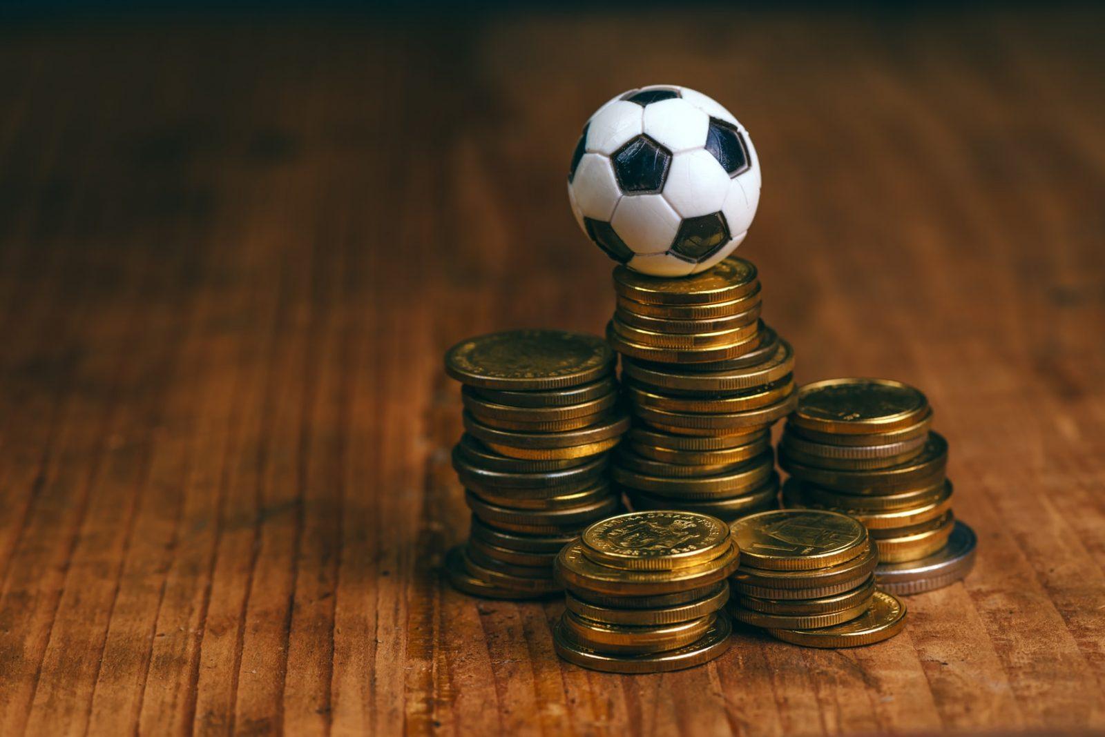 Игрушечный футбольный мячик и железные деньги