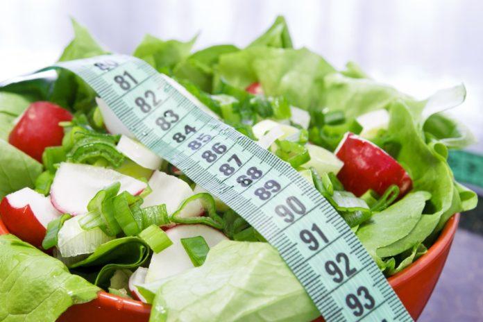 Свежий салат из продуктов с огорода