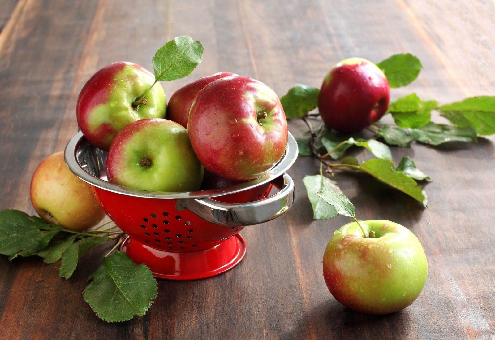 Зеленные яблочки в вазе
