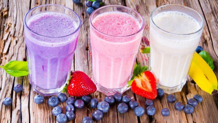 Фруктовые протеиновые коктейли: фиолетовый, малиновый и белый