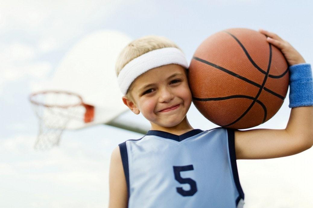 Маленький мальчик с баскетбольным мячом