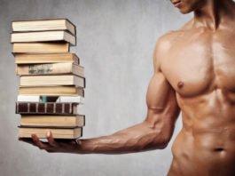 Атлет с голым торсом держит на ладошке стопку книг