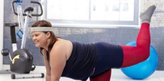Полная девушка борется в спортзале с ожирением
