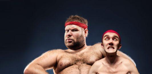 Дрыщь (худой) и атлет на массе в красной повязке на лбу