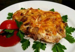 Запеченное мясо с грибами и помидором