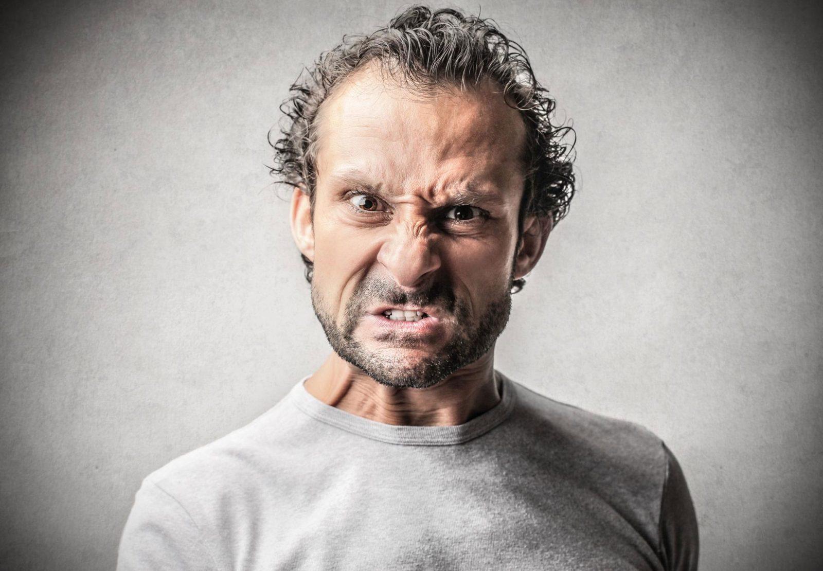 Мужчина зрелых лет со злым взглядом