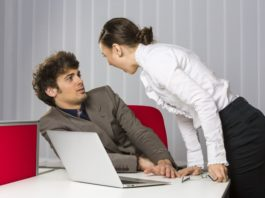 Девушка кричит на мужчину в офисном помещении