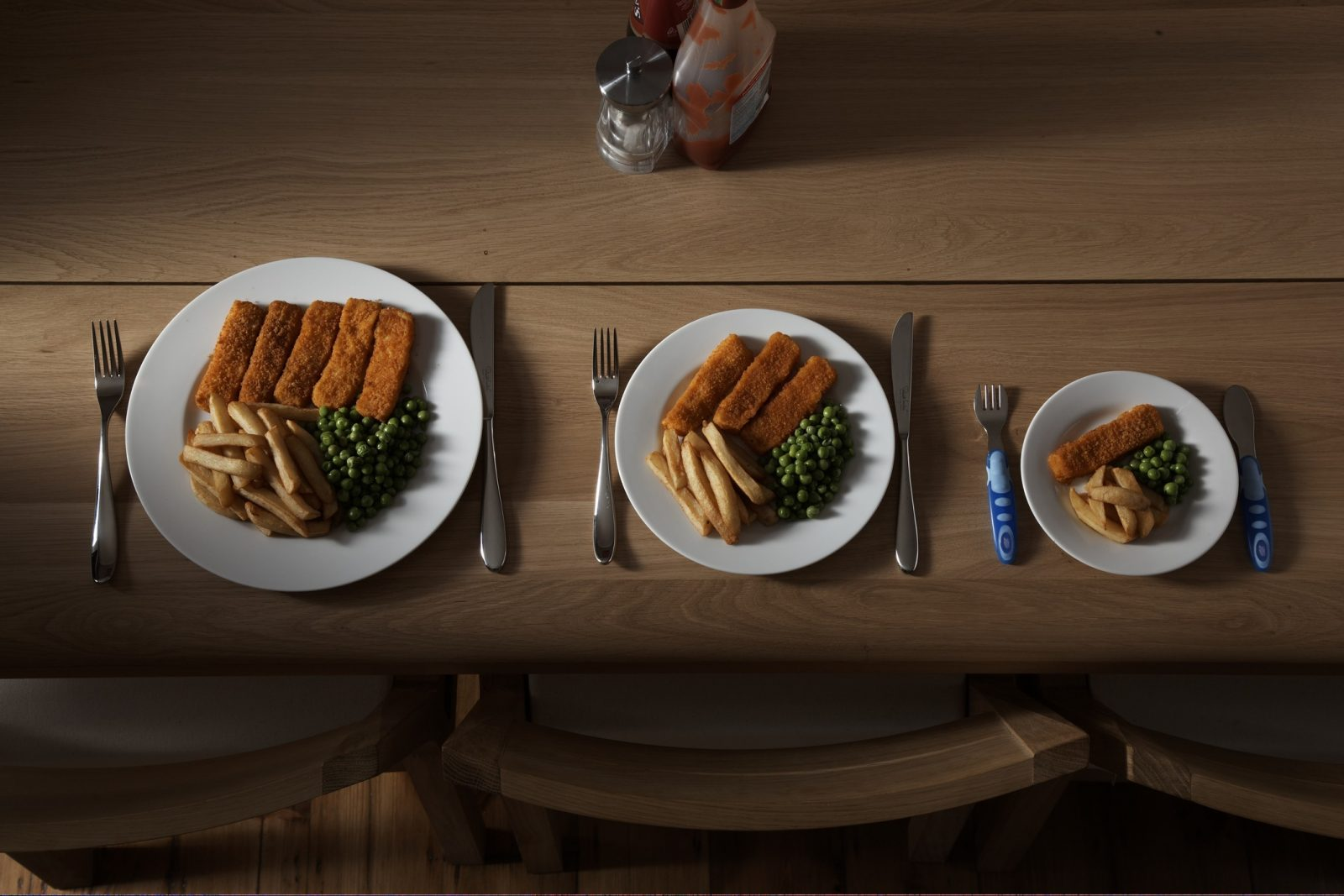 Три различных размера порций пищи на тарелке