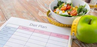План диеты, салат, яблоко и сантиметровая лента