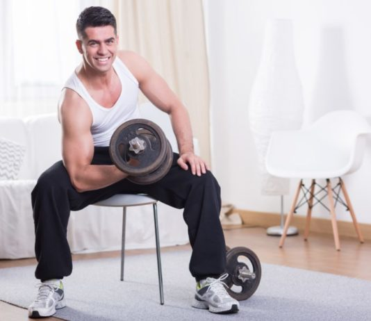 Упражнение: концентрированный подъем на бицепс в домашних условиях на стуле