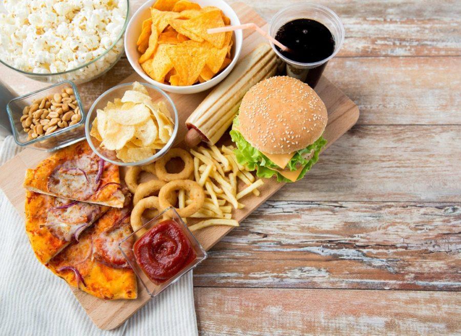 Фаст фуд, чипсы, газировка, кетчуп, соленный арахис, пицца пережаренная