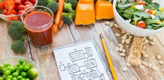 Сок томатный, орехи, помидоры, салат, блокнот с карандашом