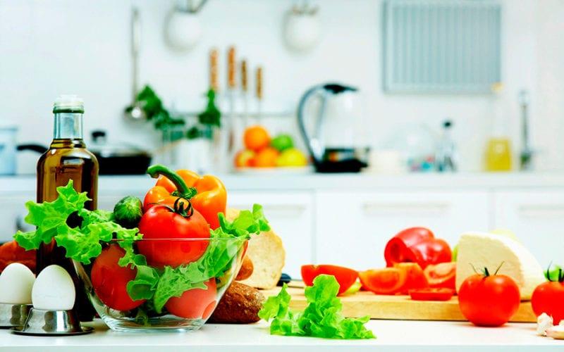Продукты питания: помидоры, яйца, зелень, хлеб, огурцы
