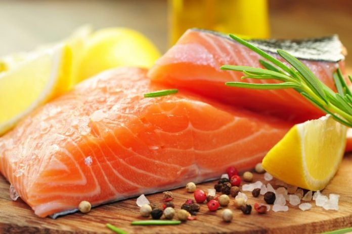 Красная рыба, лимон, зелень и специи