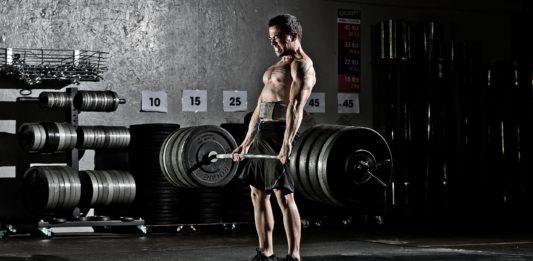 Выполнение упражнения: становая тяга с большим весом на штанге