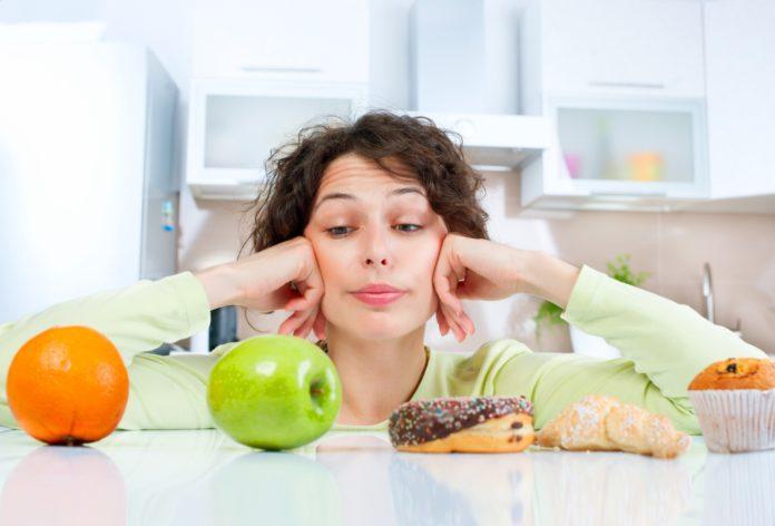Девушка на кухне выбирает продукты питания