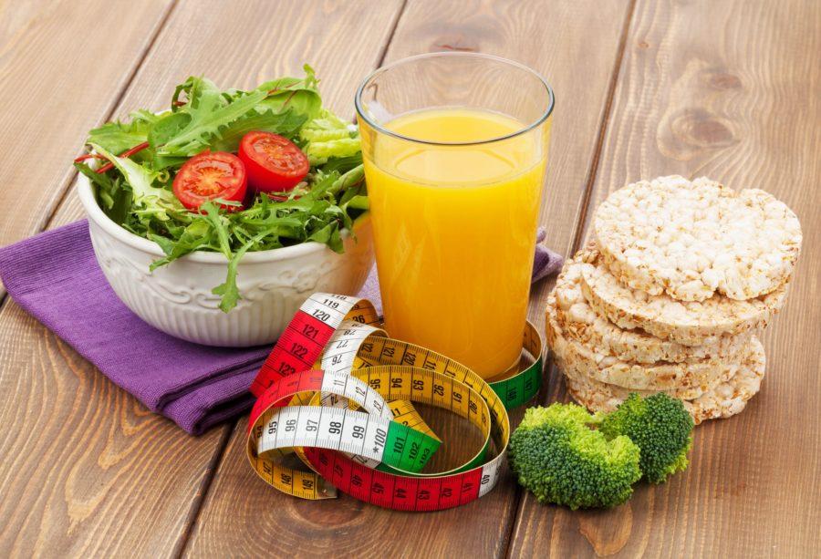 Сантиметровая лента, апельсиновый сок, салат, капуста брокколи и хлебцы