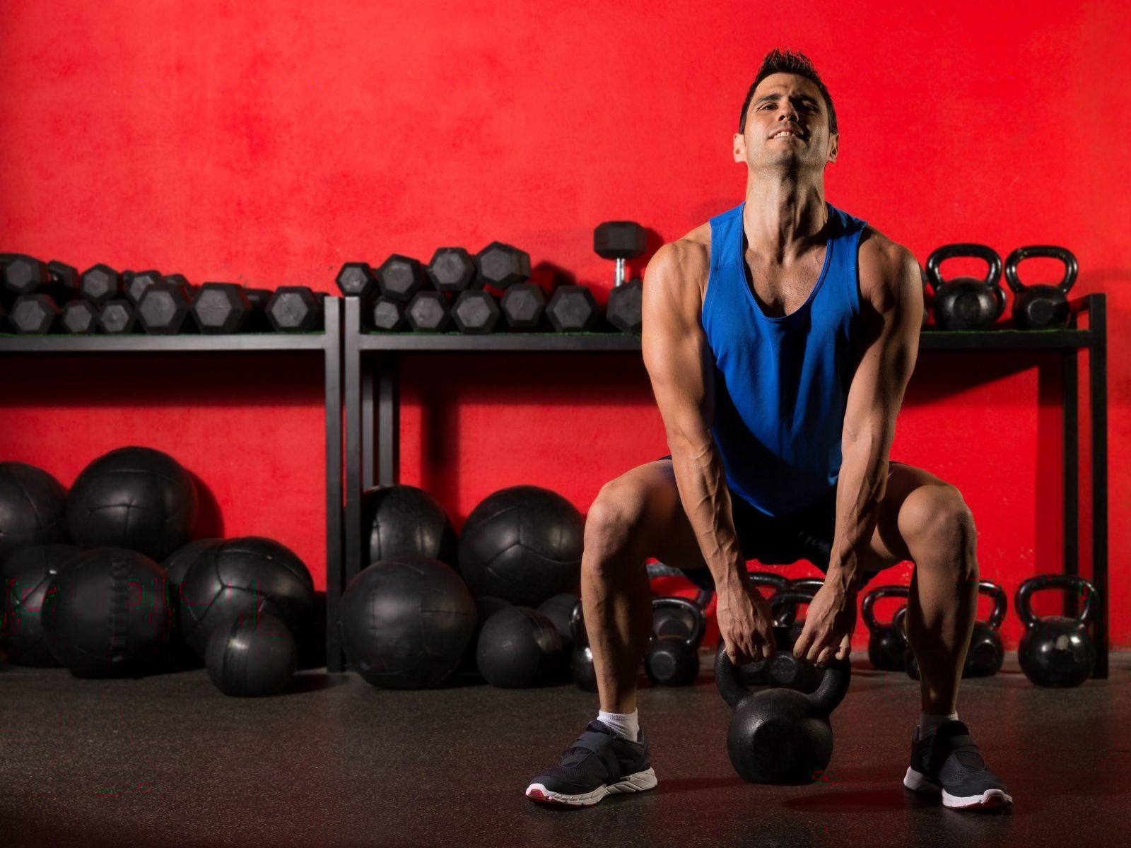 Пять упражнений с гирей на все мышцы для начинающих