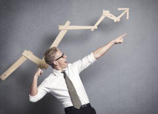 Мужчина в рубашки и пиджаком указывает пальцем на стремление человека по карьерной лестнице