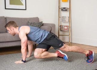 Спортивный мужчина тренируется в домашних условиях