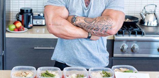 Татуированный культурист на кухне