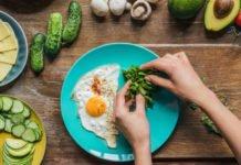 Яичница, зелень, огурцы, сыр, авокадо, помидоры