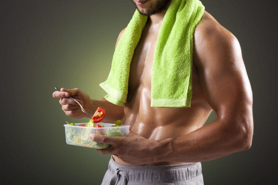 Мужчина с контейнером пищи и без футболки