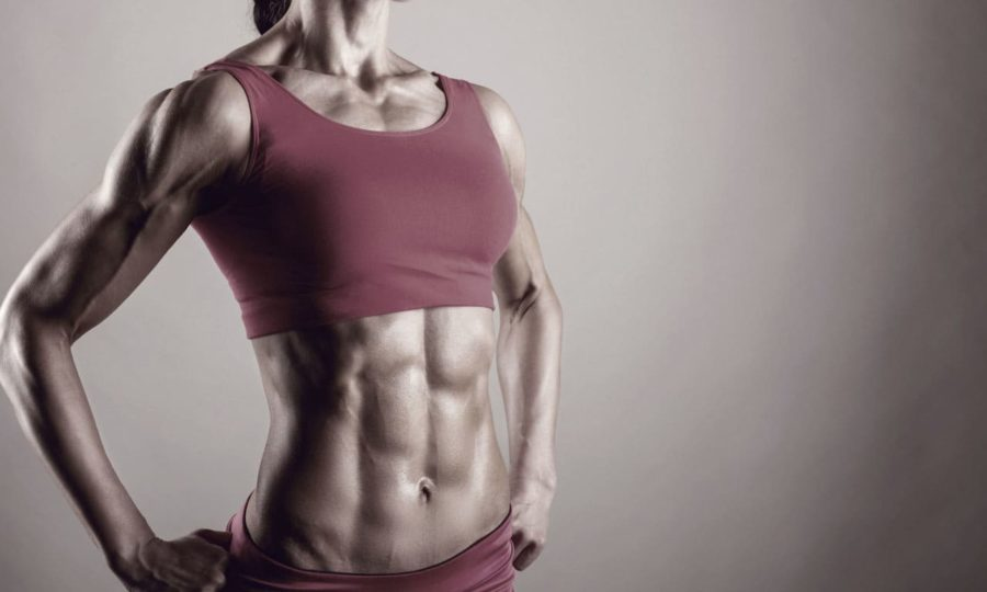 Фигура стройной, спортивной девушки на светло-сером фоне