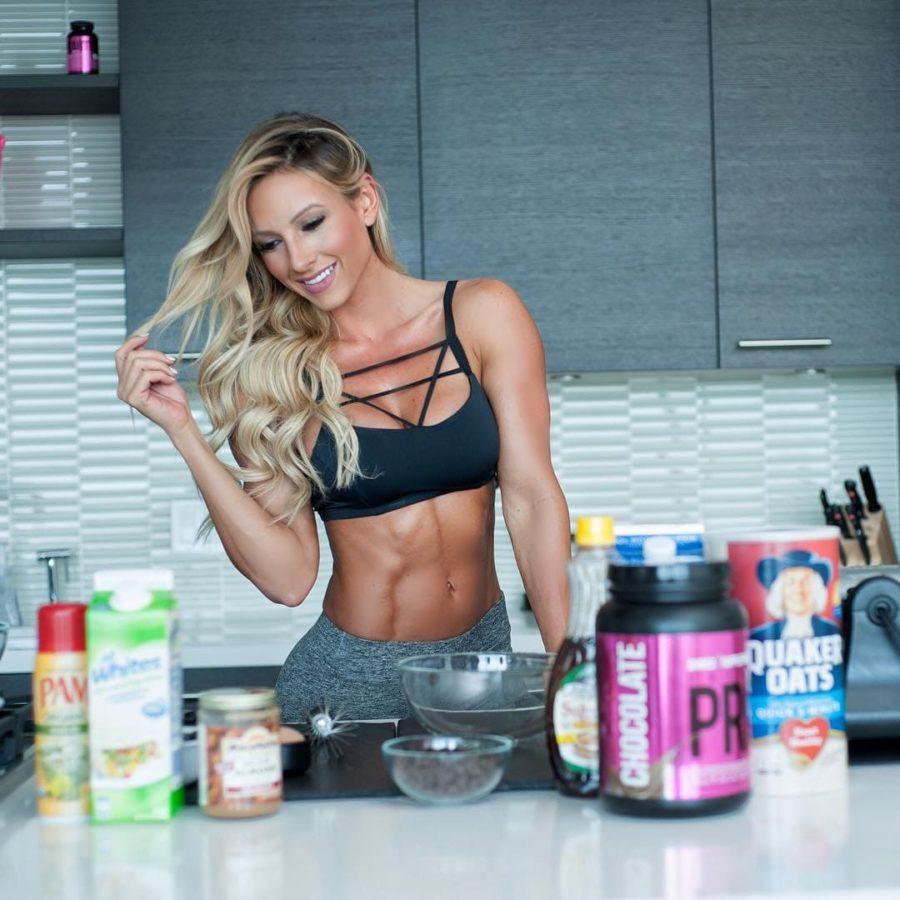 Спортивная девушка на кухне и баночки спортпита