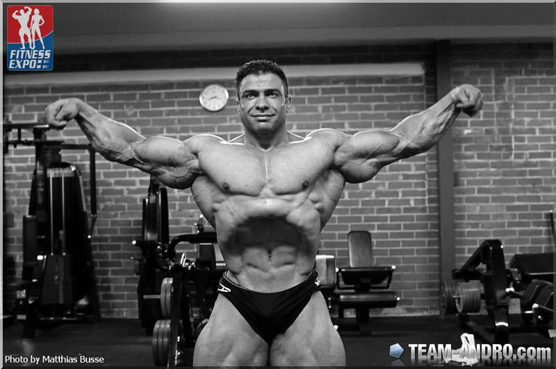 Баито Аббспур позирует мышцами