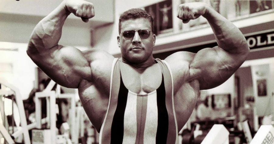 Грег Ковач демонстрирует мышцы (бицепсы)
