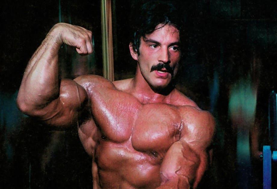 Майк Ментцер демонстрирует мышцы