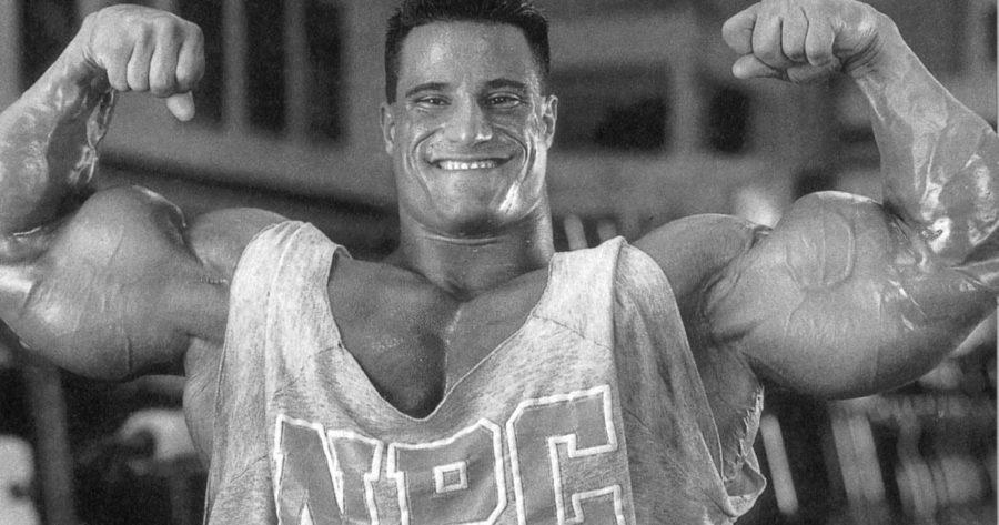 Майк Матараццо демонстрирует мышцы
