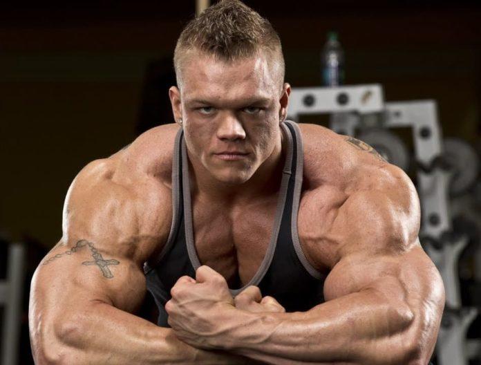 Даллас Маккарвер напрягает мышцы
