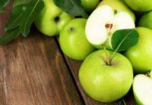 Зеленные яблочки на деревянном фоне