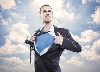 Уверенный в себе мужчина (в пиджаке показывает грудь)