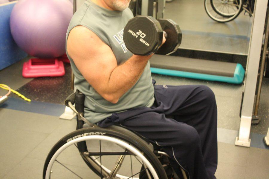 Силовое упражнение для бицепса в исполнении колясочника