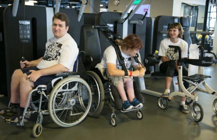 Инвалиды-колясочники в тренажерном зале