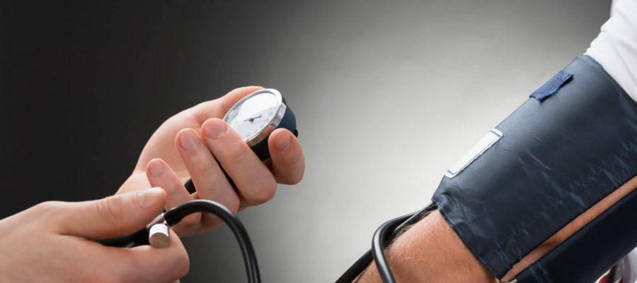 Измерение прибором кровянного давление у человека