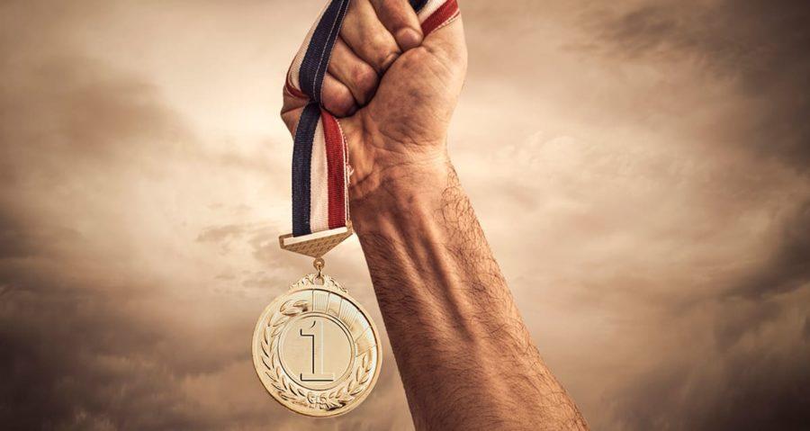 Золотая медаль (1 место) в руке